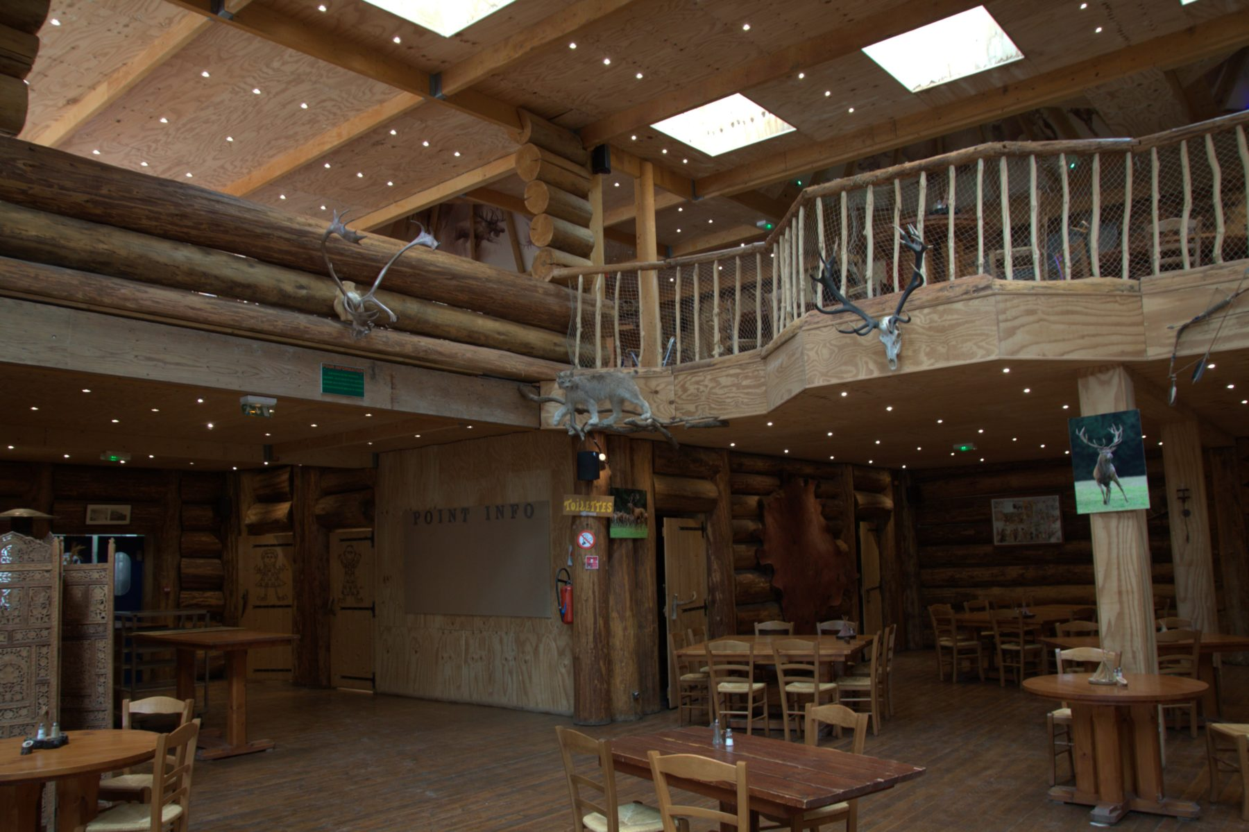 La grande salle du restaurant de Muchedent réalisée avec le bois de Tillo (2)
